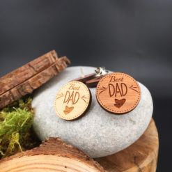 Le pin's bois Best dad vue d'ensemble