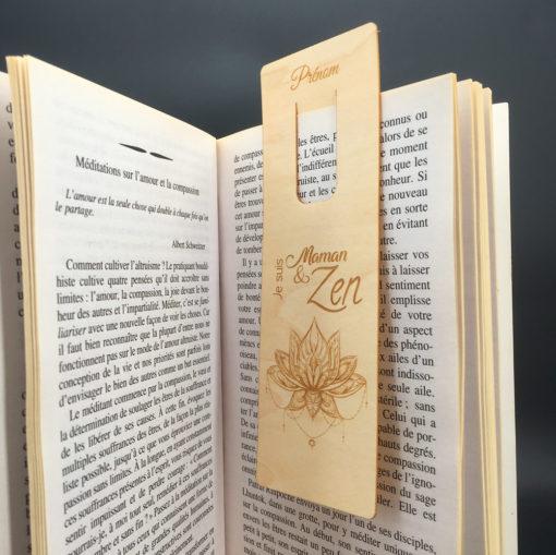 Marque-page Maman&Zen dans un livre
